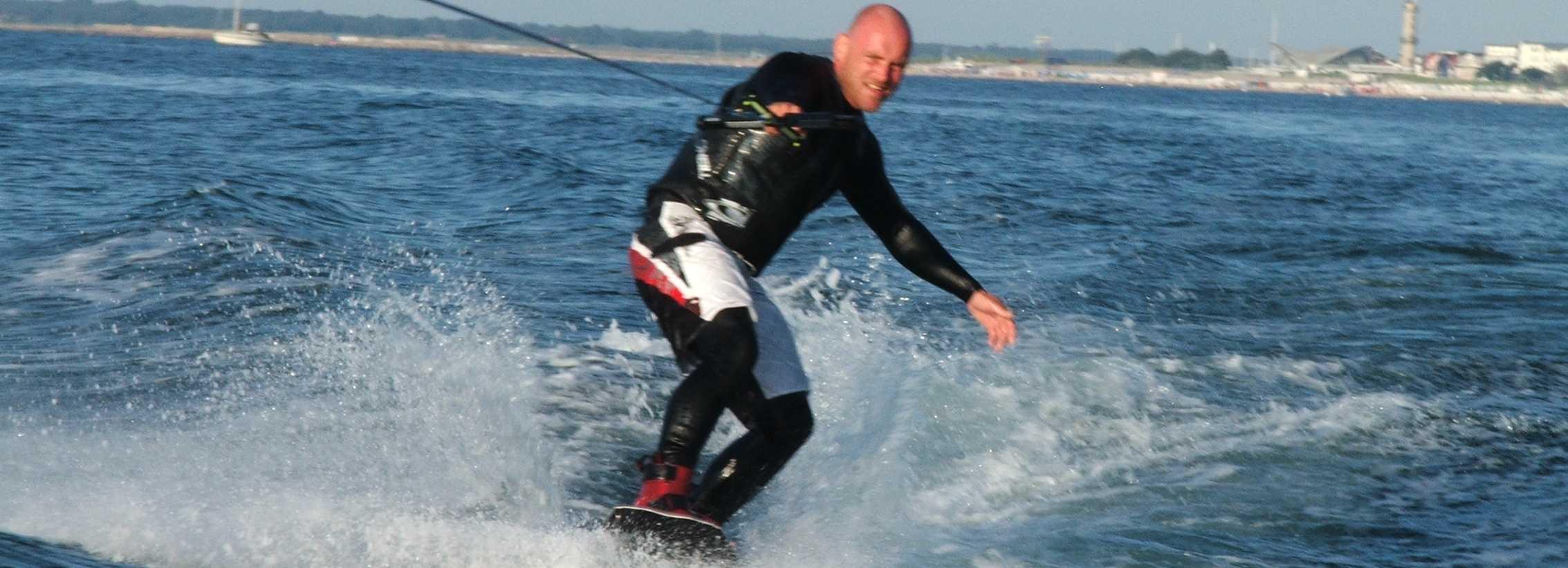 Wakeboardfahren vor dem Warnemünder Leuchtturm