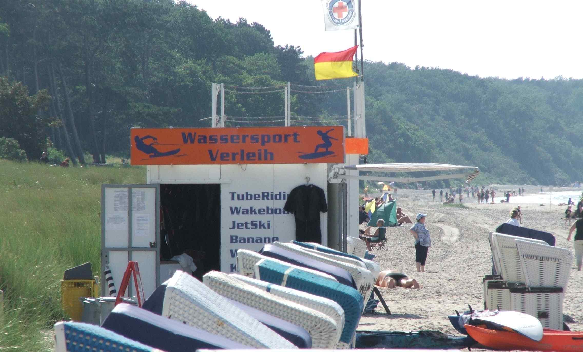 Wassersportcontainer vor dem Küstenwald